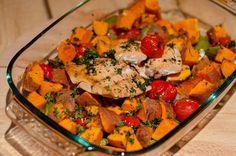 Deze zalm van Three Girls One Kitchen bereiden we samen met de zoete aardappel in de oven. Een makkelijk recept dus! De hoeveelheid van de ingrediënten is genoeg voor 2 personen. Pssst:...