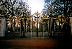 Buckingham Palace Gates in London / photo by 'we live young'