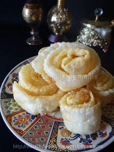M'guergchet en forme de rose Arabic Sweets, Arabic Food, Eid Cake, Cookie Recipes, Dessert Recipes, Beignets, Fritters, Croissant, Food Hacks