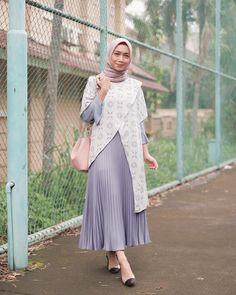 "Uwie Mariska di Instagram ""Pleats skirt ternyamannya @ghazali.id 😍 sesuka itu akunya...sampai harus repeat order, untungnya harganya aman dikantong hihihi . . #hootd…"" Batik Fashion, Abaya Fashion, Girl Fashion, Fashion Dresses, Womens Fashion, Casual Hijab Outfit, Hijab Chic, Pleated Skirt Outfit, Skirt Outfits"