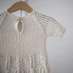 Endelig bruk for en av de enslige knappene i knappesamlingen. Denne er resirkulert fra et plagg som for lengst er kassert  #blomsterkjole #fin  #dustorealpakka #paelas #strikking #knitting #knitforkids #instaknit #strikktilbarn #handmade #norwegiandesign #strikkedilla #strikkemønster