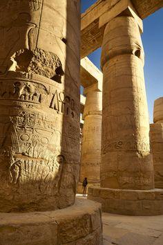 El templo de Amón en Karnak  Tutmosis III dejó aquí su huella. Levantó un obelisco (hoy en Roma) y erigió el Akhmenu, el templo dedicado a la celebración del jubileo real. En la imagen, la sala hipóstila, erigida por Ramsés II.