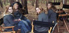 Emma Watson e suas três dublês, nos bastidores da série Harry Potter.
