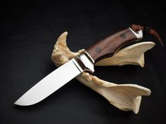 Integral Hunting knife by South African knife maker Louis Naude also known as LEO knives and cutlery. The knife on the picture is called the Unyson Hunter. It has a Leadwood handle and is available from Louis Naude knives (LEO Knives). Just waiting for your choice of handle material that includes a selection of African hardwoods, synthetic materials and animal products like scorched Giraffe bone.  Louis Naude knives ships worldwide.