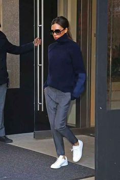 I love this outfit, especially the sweater. Victoria Beckham is one of my fashion idols. She has a classic sense of style and can even make men's clothes look good on women. Moda Victoria Beckham, Victoria Beckham Style, Victoria Beckham Dresses, Victoria Beckham Fashion, Fashion Mode, Look Fashion, Winter Fashion, Sporty Fashion, Unique Fashion