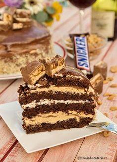 In reteta tortului Snickers am incercat sa pastrez cat se poate ideea cubului de ciocolata cu caramel si arahide, asa ca am adunat texturi si gusturi ce te vor duce cu gandul la acesta. Noua ne-a placut, dar sunt curiosa daca o sa placa si voua. 🙂 Amcombinat aici retete pregatite in avans cu cateva … Cake Cookies, Cupcake Cakes, Cake Recipes, Dessert Recipes, Nutella Cheesecake, Something Sweet, Diy Food, No Bake Cake, Food And Drink