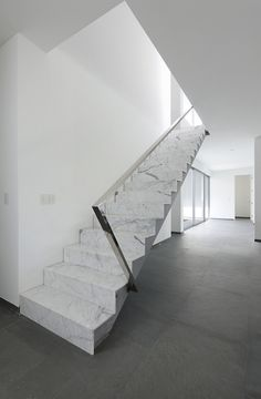| P | Stairs in Statuario Marble with Chrome Handrail / Golf House / Seinfeld Arquitectos