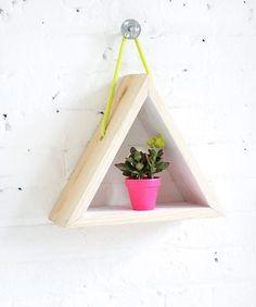 Étagère en bois triangulaire avec corde néon