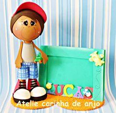 Boneco fofucho com porta retrato feitos de EVA. R$ 40,00