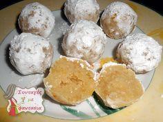 ΥΛΙΚΑ 400 γρ. αμύγδαλα ασπρισμένα 100 γρ. ζάχαρη άχνη & αρκετή ακόμη για το πασπάλισμα 60 γρ. νερό ή ανθόνερο 1 βανίλια Ξύσμα από 2 λεμόνια ακέρωτα ΕΚΤΕΛΕΣΗ Βάζουμε στο μούλτι τα αμύγδαλα και τα κόβουμε μέχρι να γίνουν σκόνη. Προσθέτουμε τη Greek Sweets, Greek Desserts, Greek Recipes, Desert Recipes, Greek Cake, Greek Cookies, Meals Without Meat, Homemade Sweets, Chocolate Sweets