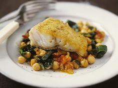 Seehecht auf Kichererbsen-Spinat-Gemüse | Kalorien: 420 Kcal - Zeit: 10 Min. | http://eatsmarter.de/rezepte/seehecht-auf-kichererbsen-spinat-gemuese