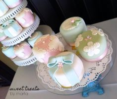 Baby Shower - Mini cakes covered in fondant :)