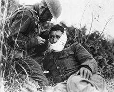 Septiembre 1918. En Varennes-en-Argonne un soldado norteamericano que acaba de ser herido recibe atención médica. La batalla del bosque de Argonne formó parte de la gran ofensiva aliada, que suponía un ataque final y coordinado a la Línea Hindenburg germana. La acción del ejército norteamericano resultó decisiva en la firma del armisticio el 11 de noviembre.
