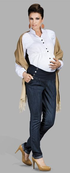 Blugii Nico sunt blugi pentru gravide cu talie inalta foarte chic - stil Mama Boutique - cu totul altceva decat ce inseamnau pantalonii de gravide pana acum. Banda elastica pentru confortul burticii este decorata cu 3 nasturasi si poate fi purtata pe deasupra bluzei sau camasii, iar modelul pantalonilor este skinny jeans. Avantajul este ca pot fi purtati si dupa perioada maternitatii, deoarece au un aer foarte chic si ies din tiparele obisnuite de blugi pentru gravide.