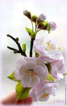 Купить или заказать Брошь 'Цветут сады' в интернет-магазине на Ярмарке Мастеров. Небольшая брошь с цветами и веточками, частичка цветущего сада, полностью ручная работа. Цветы и листья слеплены мной из японской глины.