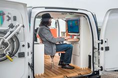 Nissan builds a versatile mobile office inside its electric van Vw Bus, Land Rover Defender, Nissan Vans, Electric Van, Transit Camper, Ford Transit Connect Camper, Mini Camper, Car Camper, Mobile Office
