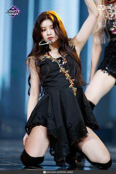 Yiren Everglow 'Dun Dun' stage in MCountdown Stage Outfits, Kpop Outfits, Girl Outfits, Kpop Girl Groups, Korean Girl Groups, Kpop Girls, Yuehua Entertainment, Kpop Fashion, South Korean Girls