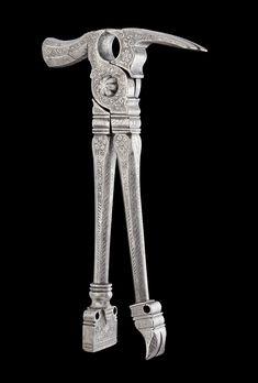 KOMBINATIONSWERKZEUG, Nürnberg, um 1580. Eisen mit reichem Ätzdekor in Form von Blumen und Blattranken. Das Werkzeug kann als Zage, Hammer, Nagelauszieher oder Miniamboss verwendet werden. L 21,5 cm. Vgl. Bernt, Walther: Altes Werkzeug. München 1977. Tafel 22, Abb. 61. A RICHLY DECORATED COMBINATION TOOL, Nuremberg, circa 1580. Iron with fine etched decoration. The tool can be used as pliers, hammer, nail-puller or mini-anvil. L 21.5 cm…
