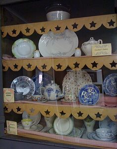 Case with Caroline's dishes, Laura's dishes, and Rose's dishes. ~ The real Ingalls dishes. (Laura Ingalls Wilder of Little House on the Prairie). Laura Ingalls Wilder, Pioneer Girl, Ingalls Family, Old Pictures, American History, Wisconsin, Missouri, Dishes, Shelf Paper