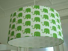 Lampenschirm mit Elefanten in grün.  Ein absolutes Schmuckstück NICHT nur für das Kinderzimmer.    Durchmesser 45cm , Höhe 22cm    Dieser Schirm ist b