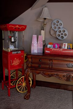 Unser Heimkino I love a popcorn/movie theme! I have the small, counter top hot-air popper like this! Theater Room Decor, Movie Theater Rooms, Home Theater Setup, Home Theater Seating, Theatre Rooms, Cinema Theater, Deco Cinema, Sala Cinema, Home Decoracion
