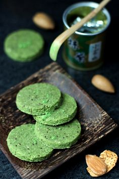 Biscrus amande, matcha et chia - Raw almond, matcha, chia cookies - use honey or stevia instead of agave syrup Green Tea Recipes, Raw Food Recipes, Green Tea Dessert, Matcha Cookies, Latte, Tea Smoothies, Raw Almonds, Greens Recipe, Tea Cakes