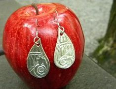 Get great tips for photographing your jewelry, earrings especially! - Jewelry Making Daily
