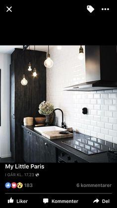 Sort kjøkken og metrofliser