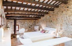 Techos con bigas de madera. Casa en el Baix Empordà. Casa en venta Pals. Cases Singulars.  #arquitecturarustuca #casasemporda #interioresrusticos