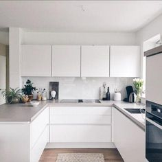 kitchen Harmonische, hellgraue Arbeitsplatte A Summer Electrical Check-Up for Your Home When was the White Kitchen Decor, All White Kitchen, New Kitchen, Kitchen Room Design, Kitchen Interior, Grey Kitchen Cabinets, Kitchen Backsplash, Minimal Kitchen, Küchen Design