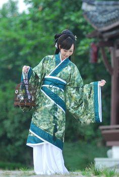 Traditional Chinese Hanfu - Type: Quju/曲裾 (curved-hem robe) from 竹里馆/Zhuliguan. Traditional Fashion, Traditional Dresses, Traditional Chinese, Japan Kultur, Mode Kimono, Chinese Clothing, Chinese Dresses, Oriental Dress, Hanfu