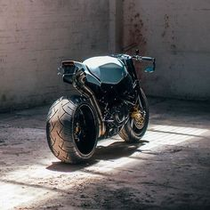 A car wheel and 240 tire was matched with a VFR swingarm on @wenley.andrews Honda CBR954RR. Beastly! . Photo by @storiesofbike. . . . #bikeexif #croig #caferacersofinstagram #caferacer