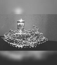 Saca las copas de la abuela, bases que tengas guardadas y ponles algunos adornos simples para decorar tu casa de forma original. El azúcar, frijol, arroz o cualquier cosa que tengas en la alacena te puede servir para atorar algún elemento que vayas a utilizar como base para poner una vela. En este caso elegí azúcar y el tallo de una copa que se había roto. #tableart #lorettavalle #buenasmaneras #mesatips #pasiónporlosdetalles #hacemosdeloordinarioalgoextraordinario #cursos