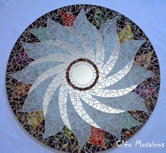 Mandala em 70cm de diâmetro para Decoração de Paredes  Trabalho em Mosaico de Vidro e Espelhos. Base em MDF. Possui furo atrás para fixação.  Obs.: Produto para uso em Ambiente Interno. Não expor ao calor e á umidade.