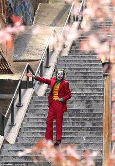 "Joaquin Phoenix – Joker / Filming ""Why so serious?"" Batman Joker Makeup/costume Villain party at Savini High. Joker Batman, Joker Art, Gotham Joker, Joaquin Phoenix, Joker Kunst, Phoenix Wallpaper, Joker Phoenix, Dc Comics, Joker Film"