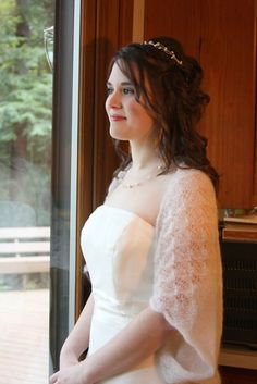 25 knitting patterns for weddings, many of them free knitting patterns, including shrugs and wraps suitable for anyone in the bridal party, an angora shrug modeled after the royal wedding bolero wo…