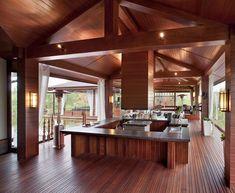 Grand bar & cuisine ouverte en bois faisant également office de salle de fête