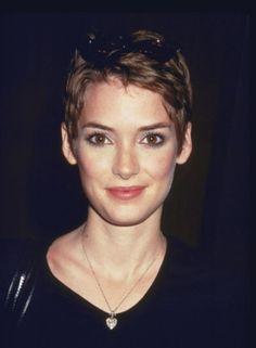 Coiffure de Winona Ryder : Coupe garçonne. Les cheveux sont coupés très courts sur toute la tête façon Jean Seberg.