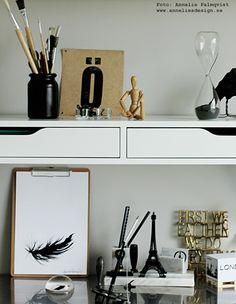 """Konsttryck """"Svart fjäder"""" och eiffeltorn prydnad: www.anneliesdesign.se"""