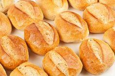 Sorprende a tus seres queridos con esta rica, fácil y efectiva receta de pan bolillo casero. Quedan suaves con un delicioso migajón.