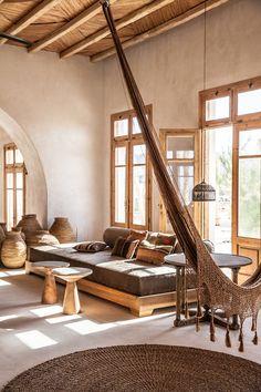 Je vous ais déjà parlé de l'hôtel San Giorgio à Mykonos qui nous transporte dans un écrin de douceur et d'harmonie. Voici une autre réalisation des mêmes propriétaires. Il s'agit d'un restaurant - lounge - plage privée, le Scorpios Mykonos.<br /> <br /> <br /> <br /> <br /> Une atmosphère chaleureuse se dégage de ce lieu avec un mélange de mobilier artisanal et de mobilier vintage chiné. On craque pour l'accumulation de paniers déco en fibres naturelles, par les suspensions en bambou qu'on…