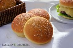 I panini da hamburger (burger buns), sono dei sofficissimi panini rotondi ideali per racchiudere un gustoso e succulento hamburger. I burger buns sono famosi in tutto il mondo e non possono mancare sulla tavola degli amanti degli hamburger home made.