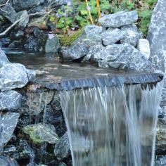Deze Natuursteenplaat van Flagstones is uitermate geschikt voor het verkrijgen van een natuurlijke waterval in de vijver.