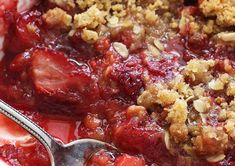 The best strawberry crisp recipe (Super easy to make! Cheesecake Desserts, No Bake Desserts, Easy Desserts, Dessert Recipes, Cheesecake Strawberries, Dessert Ideas, Strawberry Crisp, Strawberry Recipes, Strawberry Sauce