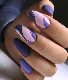 Разные оттенки на ногтях.