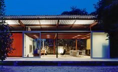Folha de S.Paulo  Casa é construída em 5 dias no litoral de SP e com muito estilo - 15/09/2013