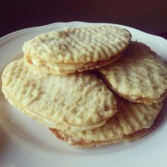 Det här behöver du: Till degen: 200 g smör eller margarin 5 dl vetemjöl 2 msk vatten Till fyllningen: 200 g smör eller margarin 3 dl florsocker 2 äggulor 1 msk Wheat Free Recipes, Gf Recipes, Baking Recipes, Cookie Recipes, Recipies, Bun Recipe, Cupcake Cookies, Delicious Desserts, Good Food