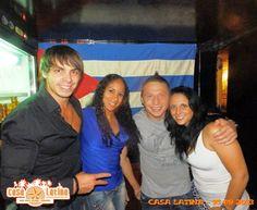 les artistes cubains du cirque PINDER, à la CASA LATINA pour retrouver les parfums musicaux qui les font vibrer, une petite pose devant leur bannière nationale, c'est un rituel, mais surement plus pour eux qui vivent loin de chez eux toute l'année !!!  CASA LATINA CASA DEL MUNDO LATINO