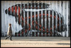 Belgian street artist Roa has created this spectacular lenticular in London.