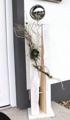 GS43 – Große Dekosäule! Gespaltene Holzsäule, gebeizt und weiß gebürstet! Dekoriert mit Materialien aus der Natur, einer künstlichen Sukkulente und einer großen Edelstahlkugel auf Fuß! Preis 99,90€